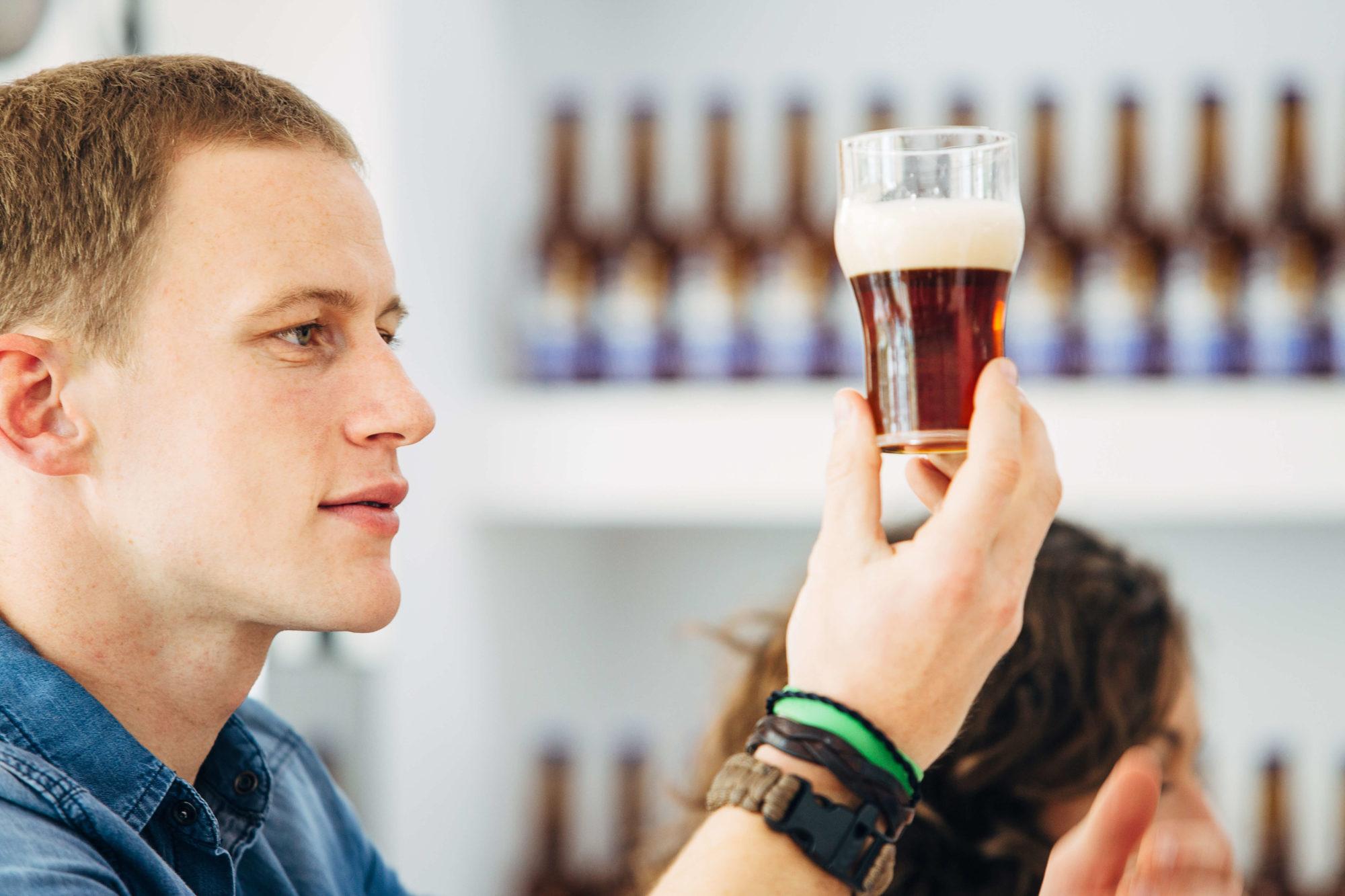 ビールを審査している写真